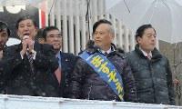 都知事選立候補者の舛添要一氏(中央)の応援に駆けつけた自民党の石破茂幹事長(左端)と太田昭宏国土交通相(右)=東京都台東区で2014年2月8日、中村藍撮影