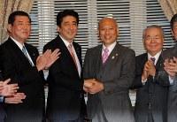 自民党総裁室を訪れ、安倍晋三首相(左)と握手する舛添要一氏=国会内で2014年2月10日午後5時9分、矢頭智剛撮影