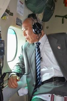 自衛隊機の機上から小笠原諸島周辺の海域を視察する舛添要一都知事=東京都小笠原村で2015年2月9日午前10時2分、代表撮影