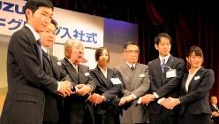 スズキの入社式で、新入社員と握手を交わす鈴木修会長(左から3人目)ら=2016年4月1日、竹田直人撮影
