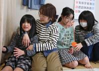 セツエさんの仮設住宅で過ごす(左から)門馬咲和さん、麻野さん、佑さん、泉月さん。新築の災害公営住宅に4月末、一緒に入居した=福島県南相馬市で2月、佐々木順一撮影