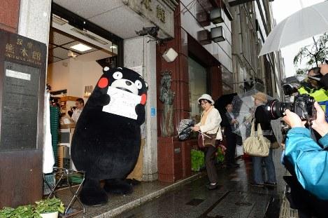 熊本地震支援への感謝の意を込めてあいさつするくまモン=東京・銀座で2016年5月17日、中村藍撮影