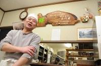 「この街で店がやりたくて」。及川雄一さんは中心市街地に店舗を再建する=岩手県陸前高田市のやぶ屋の仮設店舗で