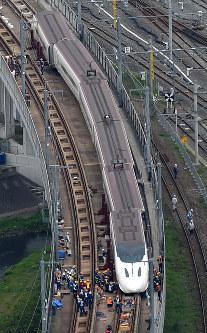 復旧に向けて撤去作業が始まった九州新幹線の脱線現場=熊本市西区で2016年4月18日午後3時28分、本社ヘリから矢頭智剛撮影