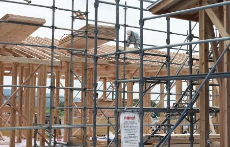 建設が進む仮設住宅。西原村では木造とプレハブの仮設住宅を計約300戸建設、6月中の入居開始を目指している=熊本県西原村で2016年5月15日午後0時56分、久保玲撮影