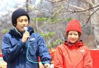 映画「岳―ガク―」に出演し、上高地開山祭であいさつする主演俳優の小栗さんと長澤さん=2011年4月27日午前11時38分、大島英吾撮影