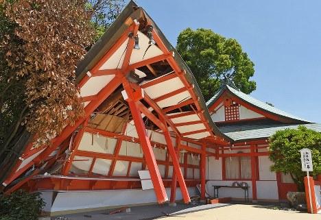 熊本地震で被害を受けた高橋稲荷神社の社務所=熊本市西区で2016年5月17日、矢頭智剛撮影