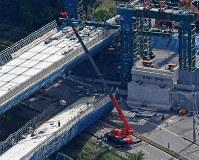 橋桁の撤去作業が始まった新名神高速道路の工事現場=神戸市北区で2016年5月13日午後2時56分、本社ヘリから大西岳彦撮影