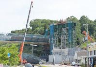 クレーン車を使って、落下した橋桁の撤去作業が始まった新名神高速道路の事故現場=神戸市北区で2016年5月13日午後2時51分、加古信志撮影