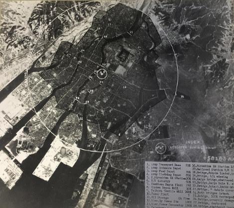 原爆投下後の広島の航空写真。右下には30カ所の破壊達成率が示され、発電所、橋などが「100%」破壊されたことを示す数字が並ぶ