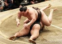 白鵬(上)が豪栄道を引き落としで降す=両国国技館で2016年5月19日、小出洋平撮影