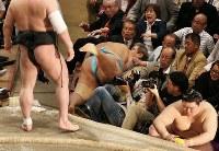 日馬富士(左)に寄り切りで敗れ、観客席に突っ込む琴勇輝(中央)=両国国技館で2016年5月19日、小出洋平撮影