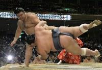 豊ノ島(手前)をすくい投げで降す高安=東京・両国国技館で2016年5月19日、猪飼健史撮影