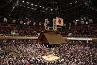 満員御礼の幕が下がる大相撲夏場所十二日目の両国国技館=東京都墨田区で2016年5月19日、小出洋平撮影