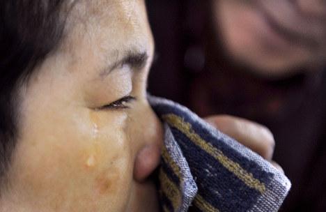 夫の雅之さんが迎えに来ると、多恵子さんはうれしさのあまり泣きだした。雅之さんがその涙をぬぐった=神奈川県三浦市の介護老人保健施設「なのはな苑」で3月、久保玲撮影