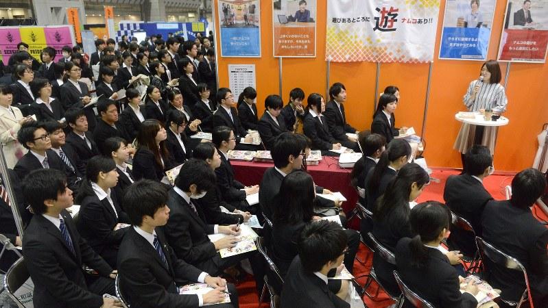 合同会社説明会で企業の説明を聞く学生たち=2016年3月19日、竹内紀臣撮影