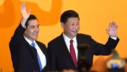 台湾の馬英九総統(左)と中国の習近平国家主席=中台首脳会談で2015年11月7日、工藤哲撮影