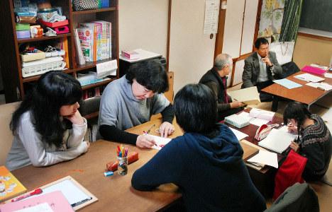 ひとり親家庭を支援する「地域の学習教室」。学生ボランティアや元教員らが教えている=熊本県で、大場伸也撮影