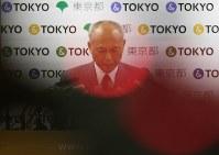 記者会見に厳しい表情で臨む舛添要一東京都知事=都庁で2016年5月20日午後2時38分、小出洋平撮影