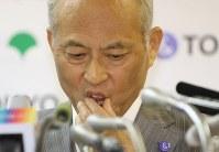記者会見で顔に手を当てる舛添要一東京都知事=都庁で2016年5月20日午後4時11分、小出洋平撮影