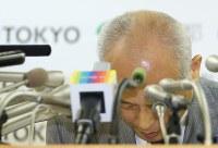 記者会見で深々と頭を下げる舛添要一東京都知事=都庁で2016年5月20日午後3時34分、小出洋平撮影