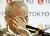 記者会見中、手で顔を覆う舛添要一東京都知事=都庁で2016年5月20日午後4時2分、小出洋平撮影