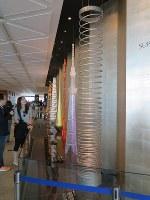 東京スカイツリーのチケットカウンターフロアに飾られた楓岡さんが作ったばねのオブジェ(手前)=墨田区押上1で