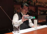 「東京スカイツリーカクテル」を作るバーテンダーの山田隆之さん=いずれも墨田区東向島2で