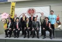 全国餃子サミットに参加した各団体のメンバーら=宇都宮市旭1の宇都宮市役所で