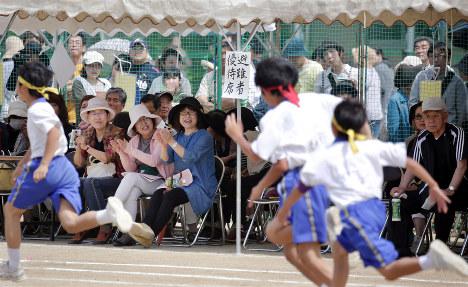 避難している中学校で体育大会が開かれ、特別席から声援を送る被災者ら=熊本市中央区の市立京陵中で2016年5月22日午前10時12分、幾島健太郎撮影