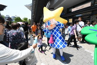 開業4周年記念イベントに登場した東京スカイツリー公式キャラクターのソラカラちゃん(中央)=東京都墨田区で2016年5月22日午前11時20分、内藤絵美撮影