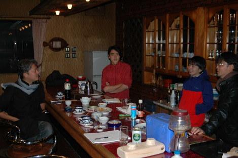 北田真規さん(右端)は地域活性化のため、10年前に閉店した喫茶店の再開に向けた話し合いも続けている=三重県尾鷲市で、永井大介撮影