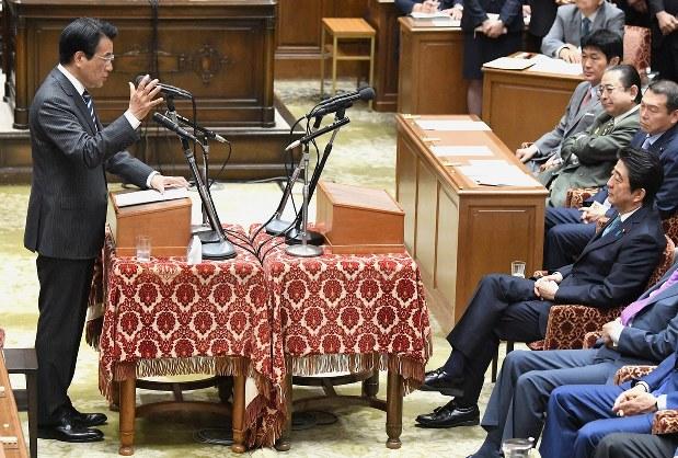 党首討論で岡田克也民進党代表(左)の発言を聞く安倍晋三首相=2016年5月18日、藤井太郎撮影