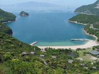 スマホをやめられない生徒たちが合宿する兵庫県・西島の宿泊施設(手前)=兵庫県提供