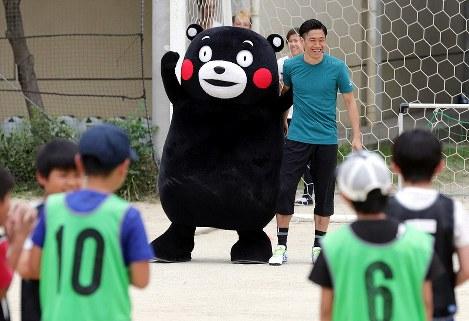 被災地の小学校を訪れ、子どもたちと交流するサッカー日本代表の香川真司選手とくまモン=熊本市東区の市立若葉小で2016年5月24日午後1時17分、幾島健太郎撮影