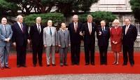 日本で3回目の開催となる、第19回先進国首脳会議(サミット)が迎賓館で開催。9日はエリツィン・ロシア大統領も加わり「G7+1」で記念撮影。左からクリストファーセンEC副議長、コール独首相、メージャー英首相、ミッテラン仏大統領、宮沢首相、エリツィン露大統領、クリントン米大統領、チャンピ伊首相、キャンベル加首相、デハーネEC議長=1993年7月9日撮影