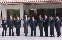 九州・沖縄サミット。G8首脳会議を前に、万国津梁館をバックに記念写真におさまる、左からアマート(伊)、ブレア(英)、プーチン(ロ)、クリントン(米)、森(日)、シラク(仏)、クレティエン(加)、シュレーダー(独)、プローディ(EU)の各首脳=2000年7月22日撮影