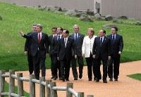 洞爺湖を見ながら記念撮影に向かう各国首脳。(左から)ブラウン英首相、ハーパー加首相、サルコジ仏大統領、メドベージェフ・ロシア大統領、福田首相、ブッシュ米大統領、メルケル独首相、ベルルスコーニ伊首相、EUのバローゾ欧州委員長=2008年7月8日、北海道洞爺湖町