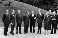 【1979年先進国首脳会議】第5回先進国首脳会議(東京サミット)は6月28日に開幕、午前中の会議を終え、迎賓館の庭に勢ぞろいした各国首脳。左からジェンキンスEC委員長、クラーク・カナダ首相、カーター米大統領、大平首相、シュミット西独首相、ジスカールデスタン仏大統領、サッチャー英首相、アンドレオッチ伊首相