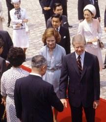 【1979年先進国首脳会議】カーター米大統領が先進国首脳会議(東京サミット)出席のため1979年(昭和54年)6月24日来日した。ロザリン夫人、愛娘エミーちゃんが同行した。翌25日朝、カーター米大統領の歓迎式典が東京・元赤坂の迎賓館で行われ、紀宮さまら学習院初等科の児童や在日米人が日米国旗を打ち振って歓迎。玄関で天皇陛下が出迎えた。