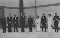 【1979年先進国首脳会議】両陛下と会見する各国首脳。左から大平正芳首相、クラーク・カナダ首相、シュミット西独首相、ジスカールデスタン仏大統領、天皇陛下、皇后陛下、カーター米大統領、サッチャー英首相、アンドレオッチ伊首相