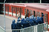 【1986年先進国首脳会議】東京サミット開幕で都内は厳戒。地下鉄丸ノ内線四ッ谷駅では物々しい警戒に驚く乗客たち