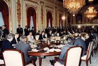 【1986年先進国首脳会議】第12回先進国首脳会議(東京サミット)最終日、最後の全体会議が迎賓館・羽衣の間で開かれた
