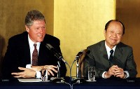 【1993年先進国首脳会議】先進国首脳会議(東京サミット)開幕前の7月6日、日米首脳会談が東京・港区の外務省飯倉公館で行われた。首脳会談終了後、記者会見する宮沢喜一首相(右)とクリントン米大統領=外務省飯倉公館で