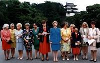 【1993年先進国首脳会議】第19回主要先進国首脳会議。皇居をバックに記念撮影する各国首脳夫人たち。右からキンケル独外相、レックスロート独経済相、宮沢喜一首相、デハーネ・ベルギー首相、クリントン米大統領、クリストファーセン欧州共同体(EC)副委員長、バルッチ伊蔵相、アンドレアッタ伊外相、クラース・ベルギー外相、一人おいてアルファンデリー仏蔵相の各夫人