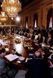 【1993年先進国首脳会議】7月7日から9日、東京・港区の迎賓館で開催。8日、各国の首脳、外相、蔵相が参加して開かれた先進7カ国の全体会合の様子=迎賓館で