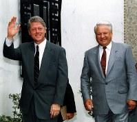【1993年先進国首脳会議】来日したエリツィン・ロシア大統領は7月10日、米大使公邸で米露会談。並んで会談場の米大使公邸に入るクリントン米大統領(左)とエリツィン・ロシア大統領