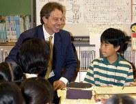 【2000年主要国首脳会議】笑顔で児童の質問に答える英国のブレア首相=沖縄県沖縄市南桃原の北谷小