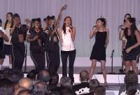 【2000年主要国首脳会議】G8首脳の前でサミットのテーマソングを披露する歌手の安室奈美恵さん=那覇市内のホテル