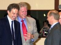 【2000年主要国首脳会議】沖縄サミット最後のG8首脳会議を前に話をする左から英国のブレア首相、米国のクリントン大統領、ロシアのプーチン大統領=山下浩一撮影